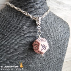 Collier dé 12 Cthulhu rose - cadeau rôliste pour fan de JDR