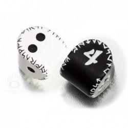 2 dés Runic : D2 (blanc et noir) et D4 (noir et blanc)