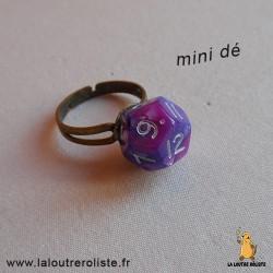 Bague argentée mini dé 12 rose et violet- bijou rôliste pour fan de Jeux de Rôle