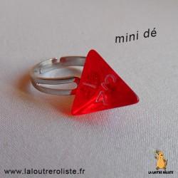 Bague argentée mini dé 4 rouge - bijou rôliste pour fan de Jeux de Rôle