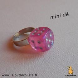 Bague argentée mini dé 6 rose paillette - bijou rôliste pour fan de Jeux de Rôle
