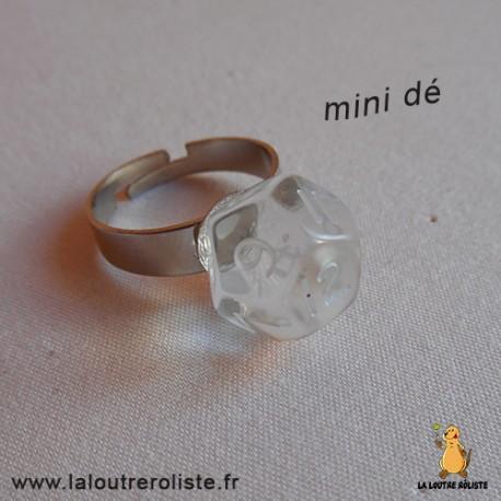 Bague argentée mini dé 12 transparent - bijou rôliste pour fan de Jeux de Rôle
