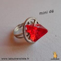 BagueSteampunk argentée mini dé 4 rouge - bijou rôliste pour fan de Jeux de Rôle