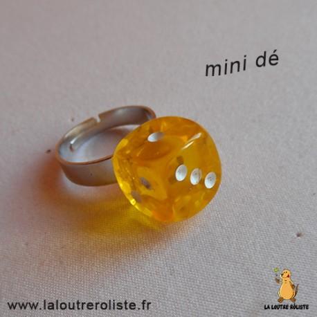 Bague argentée mini dé 6 jaune - bijou rôliste pour fan de Jeux de Rôle